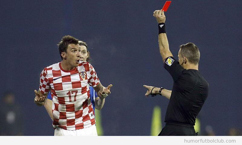 Foto graciosa, la reacción del futbolista de Croacia Mario Mandzukic  ante una tarjeta roja