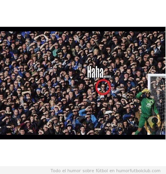 Imagen graciosa de un aficionado del Everton con gafas de sol