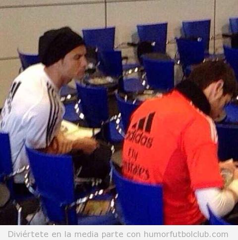 Imagen graciosa, Cristiano Ronaldo copia a Casillas en el voto del Balón de Oro