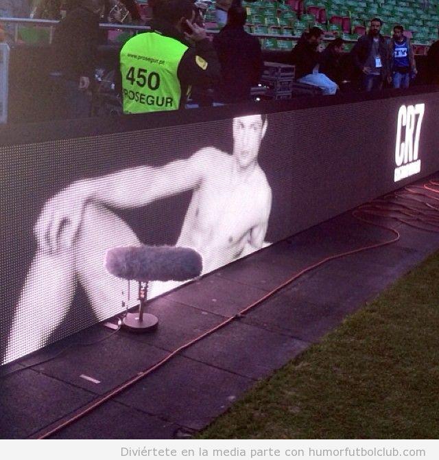 Foto graciosa de un micrófono en medio de un anuncio Cristiano Ronaldo ropa interior
