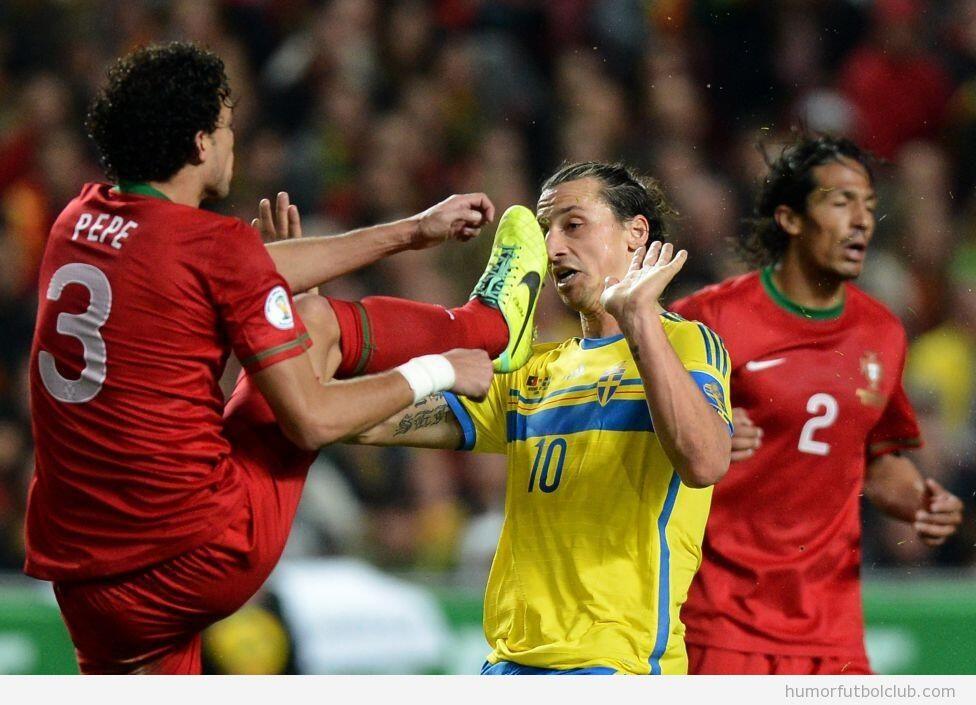 Foto curiosa, Pepe levanta la pierna y su pie queda a la altura de la nariz de Ibrahimovic
