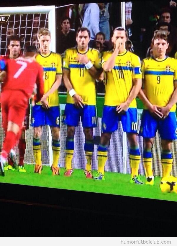 Foto graciosa, Ibrahimovic se tapa la nariz y sus partes íntimas en la barrera, falta directa de Cristiano Ronaldo