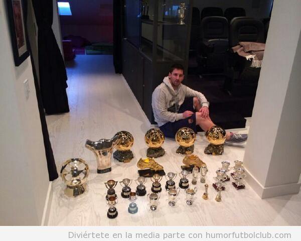 Foto de Messi posando con todos sus trofeos y medallas
