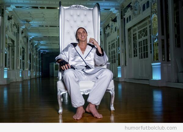 Foto graciosa de Ibrahimovic en batín de seda, promo X box