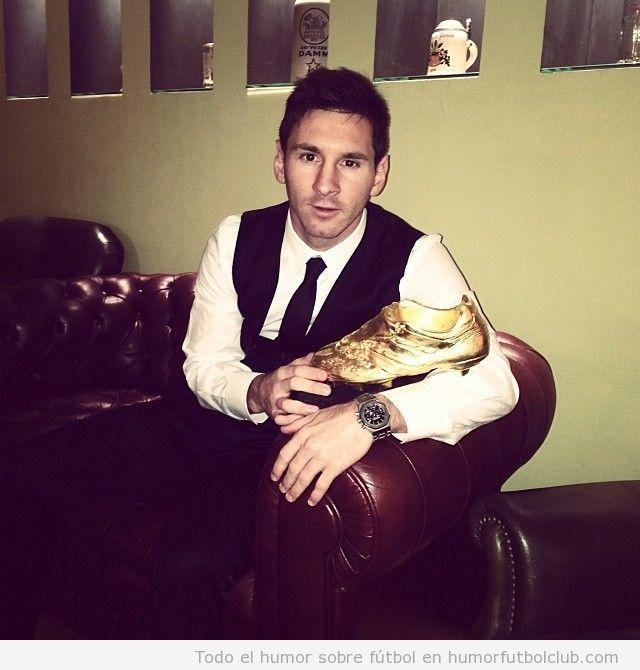 Messi posando con la bota de oro
