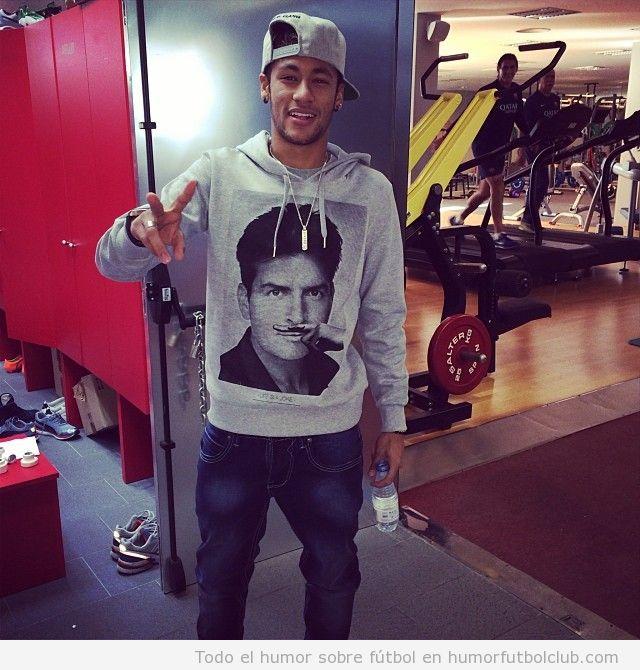 Neymar con una sudadera de Charlie Sheen con bigote