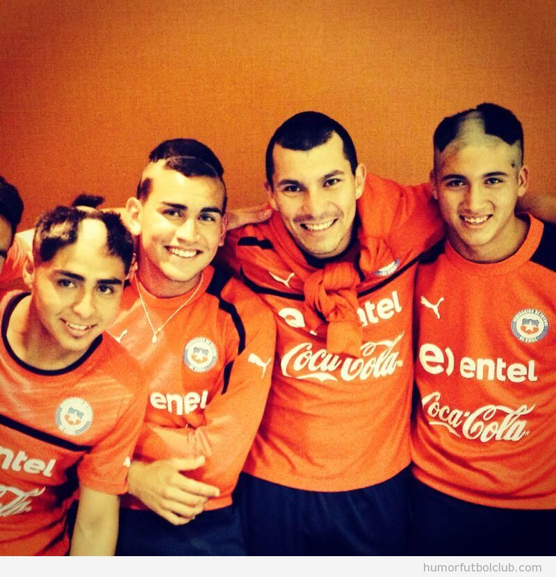 Foto graciosa de la novatada que sufrieron los futbolistas más jovenes de la selección de Chile
