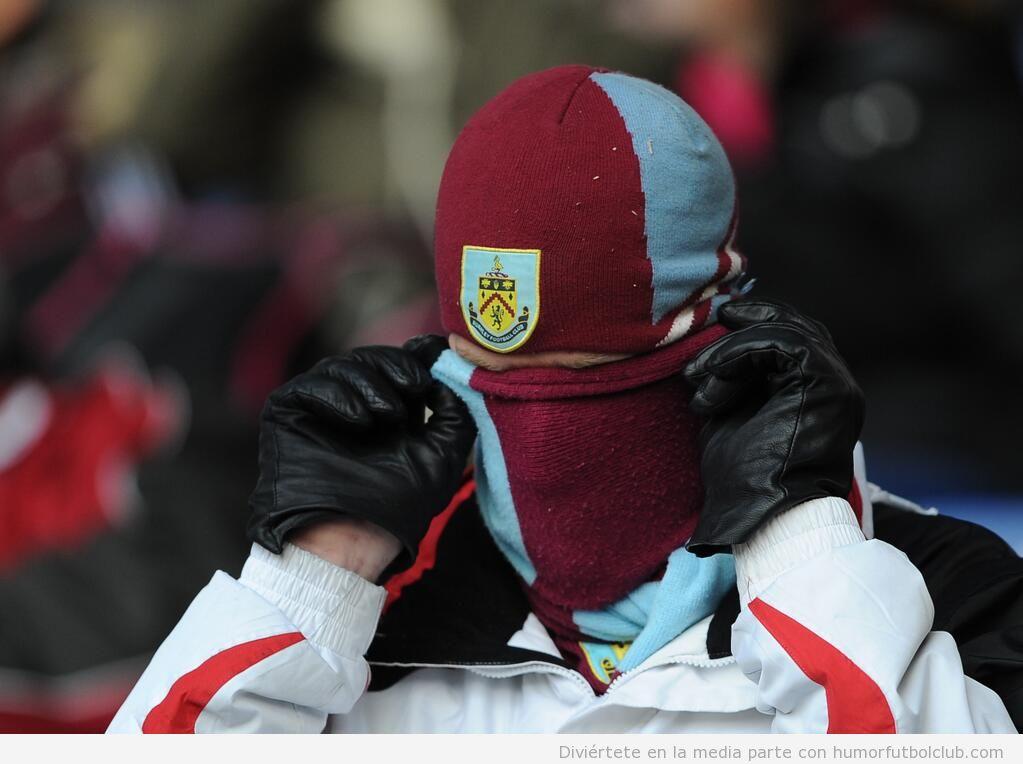 hincha del Burnley tapándose del frío