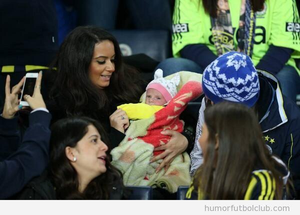 Bebé de un mes en el partido Fenerbahce vs Akhisar