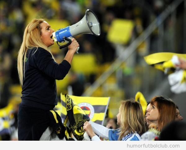 Mujer cánticos ultras Fenerbahce vs Akhisar