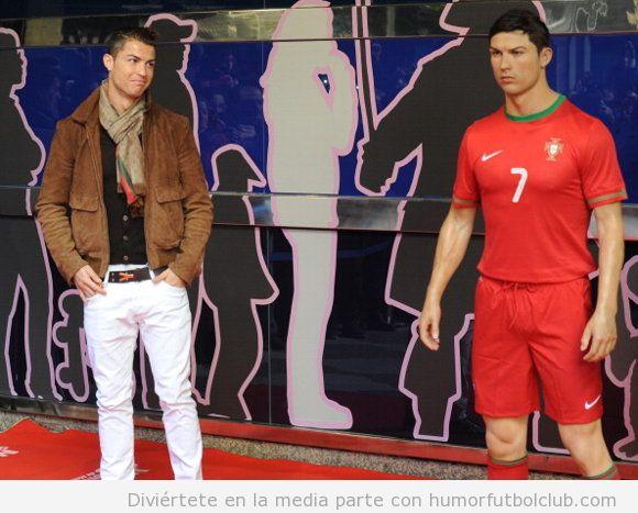 Foto de Cristiano Ronaldo con su figura en el Museo de Cera