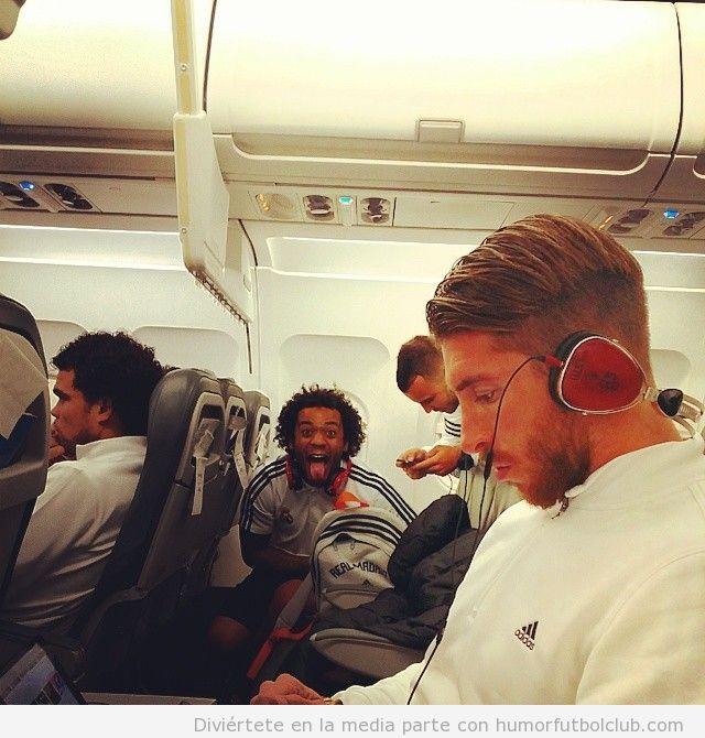 Foto graciosa Marcelo Real Madrid en el vuelo a Pamplona