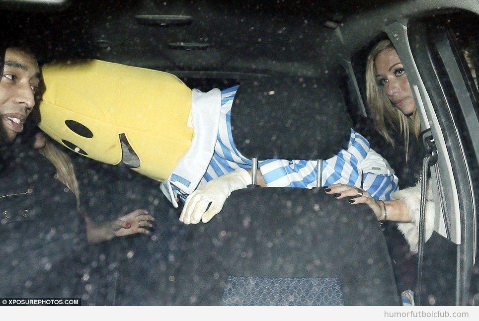 El jugador del Arsenal Gibbs disfrazado de Banana en pjama