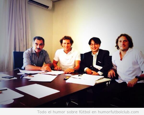 Foto de Forlan firmando contrato con el club japonés Cerezo Osaka