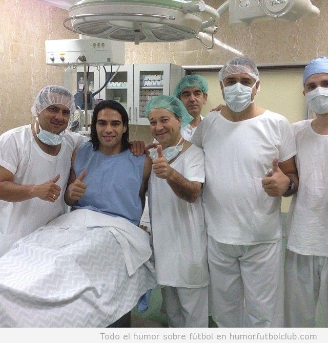 Foto de Falcao con los cirujanos en el quirófano