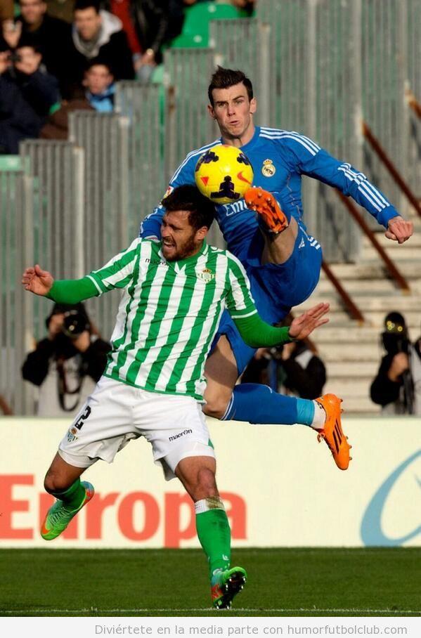 Patada voladora de Gareth Bale ante el Betis
