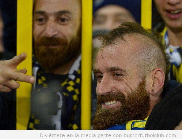 El futbolista del Fenerbahce Raul Meireles encuentra su gemelo en un aficionado