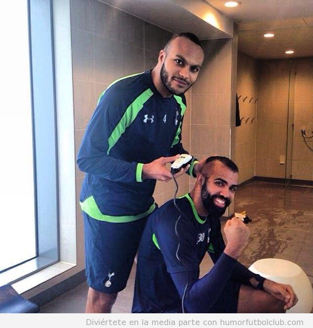 Foto graciosa de Younes Kaboul cortando el pelo a Sandro, del Tottenham