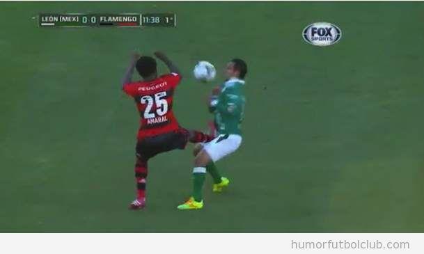 El futbolista del Flamengo Leandro Amaral da una patada en la entrepierna a un rival