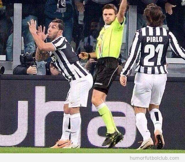 Imagen graciosa de Carlos Tévez y el árbitro durante gol Juventus