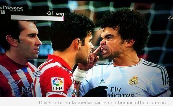 Foto graciosa, Pepe se suena los mocos encima de Diego Costa