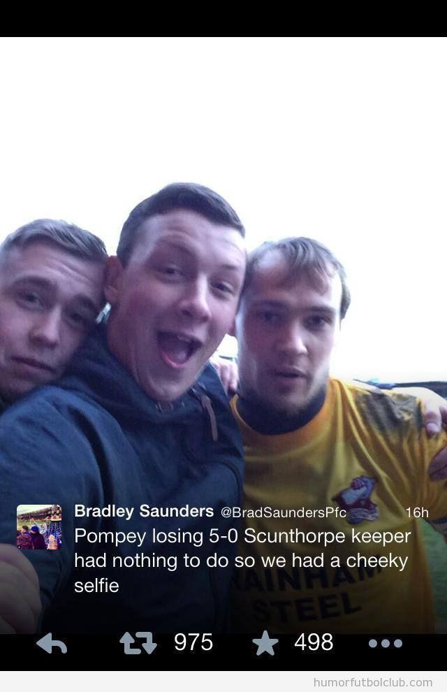 Autofoto aficionados Portsmouth con su portero durante el partido