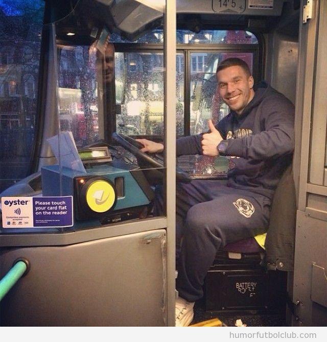 Foto graciosa de Lukas Podolski conductor de autobús por la huelga de metro de Londres