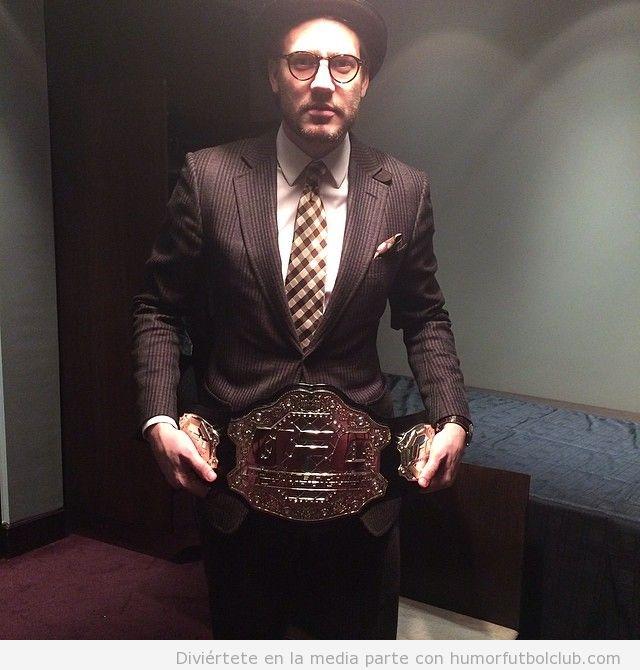 Nicklas Bendtner look hipster cinturón wrestling