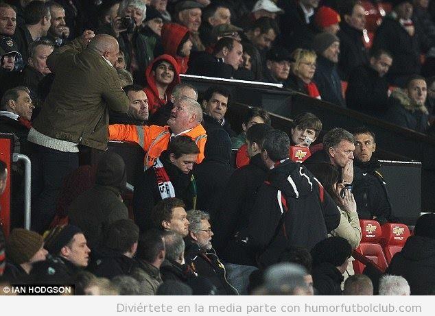 Aficionado Man United intenga pegar a David Moyes en el partido ante el Man City