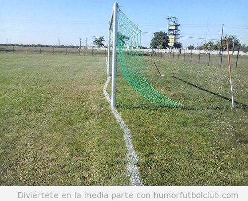 Foto graciosa campo fútbol líneas mal pintadas, encargado borracho 2