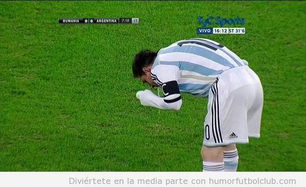 Foto WTF de Messi vomitando en el campo en un partido con Argentina