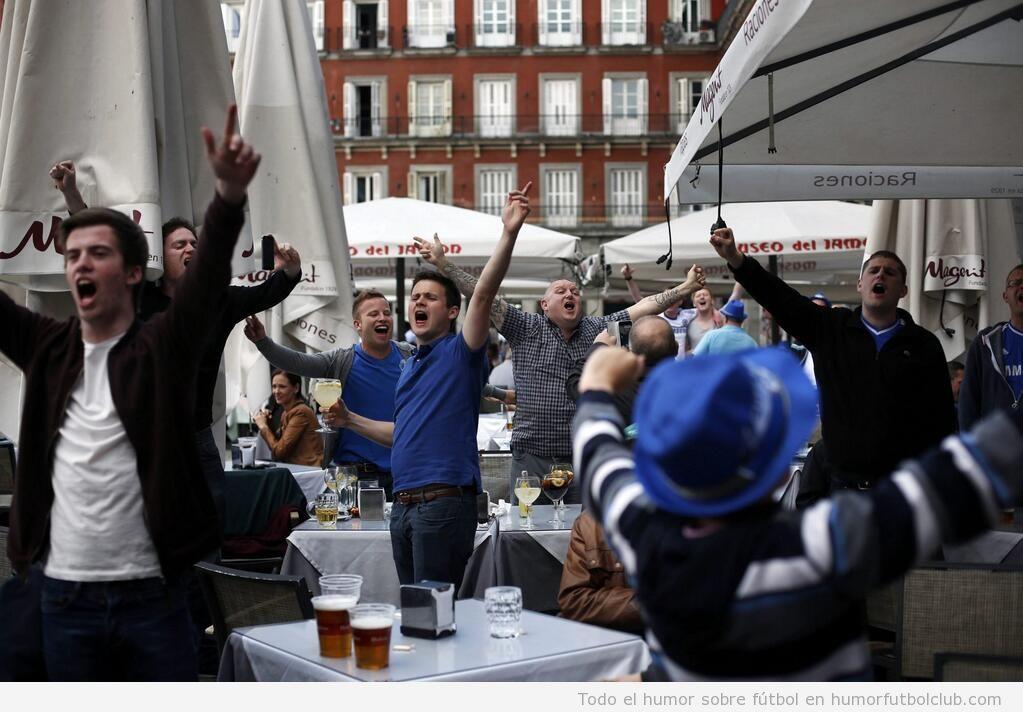 Aficionados del Chelsea bebiendo cerveza en la Plaza Mayor Madrid