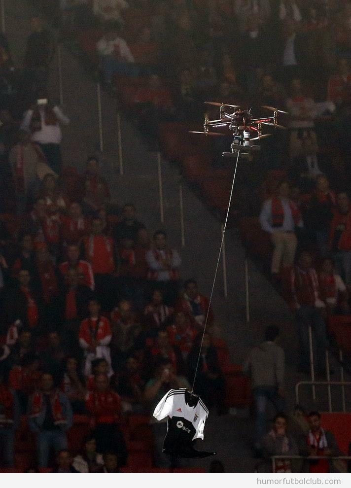 Drones hacen volar camisetas de aficionados en el estadio del Benfica