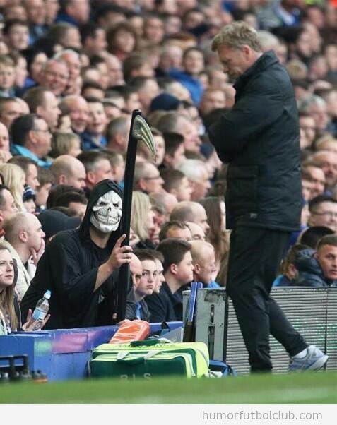 Fan del Everton disfrazado de La Muerte detrás de David Moyes