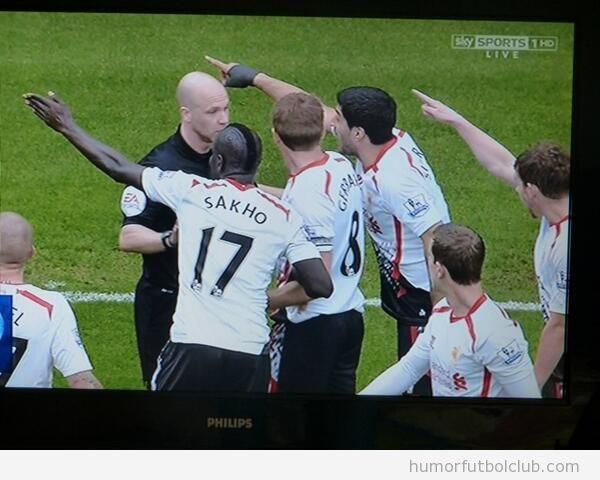 Foto curiosa jugadors West Ham y árbitro, imagen de la falta en el jumbo