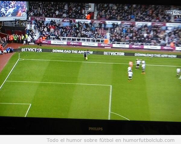 Foto curiosa jugadors West Ham y árbitro, falta en el jumbo