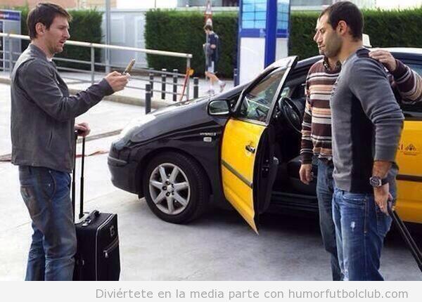 Messi toma una foto de taxista de Barcelona con Mascherano