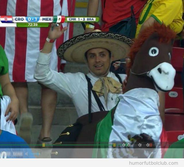 Foto graciosa aficionado México en Mundial Brasil con disfraz