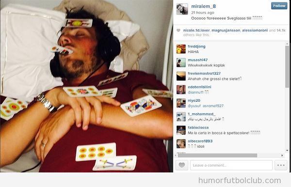 Foto del jugador de la Roma Alessandro Florenzi dormido y trolleado en el avión