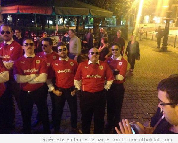 Foto graciosa aficionados Cardiff disfrazados de Vincent Tan