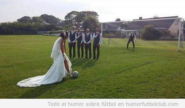 Foto de una novia el día de su boda chutando una falta