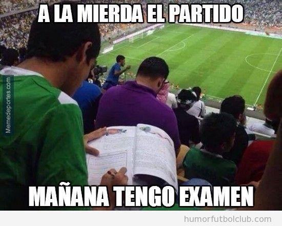 Foto graciosa fútbol, aficionado estudiando en el estadio