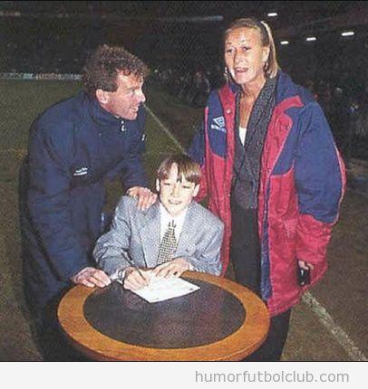 John Terry de niño, firmando su contrato con el Chelsea
