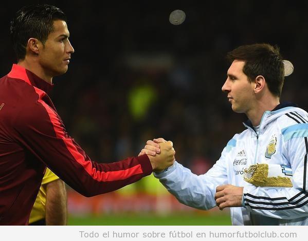 Cristiano Ronaldo y Messi dándose la mano en el Argentina Portugal