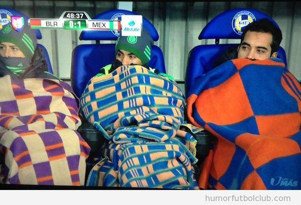 Fotos graciosas selección México fútbol banquillo Bielorrusia