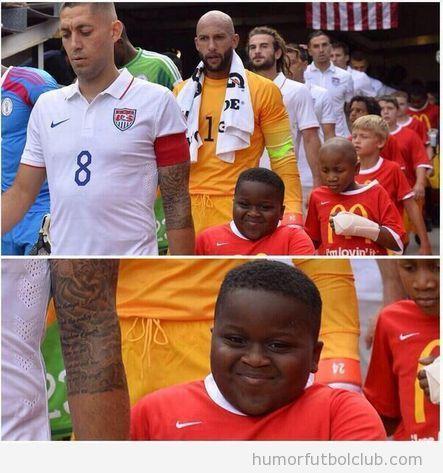 Foto graciosa niño de la mano con Clint Dempsey