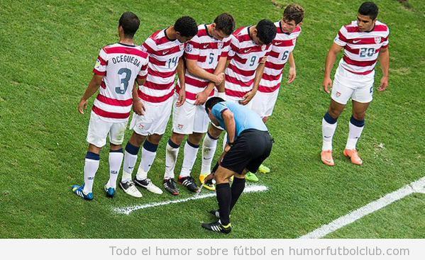 Foto graciosa árbitro pintando línea de falta con spray
