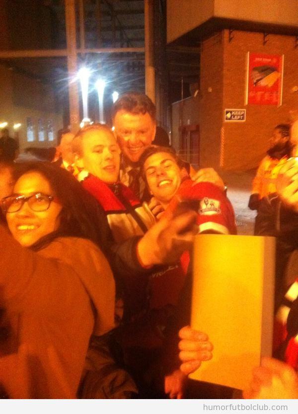 Foto graciosa de Van Gaal con fans