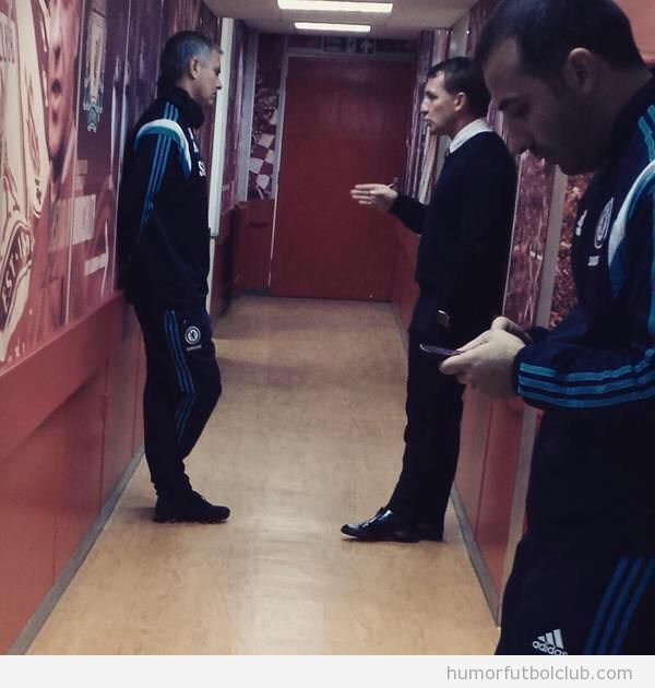 Foto graciosa de Mourinho en el pasillo