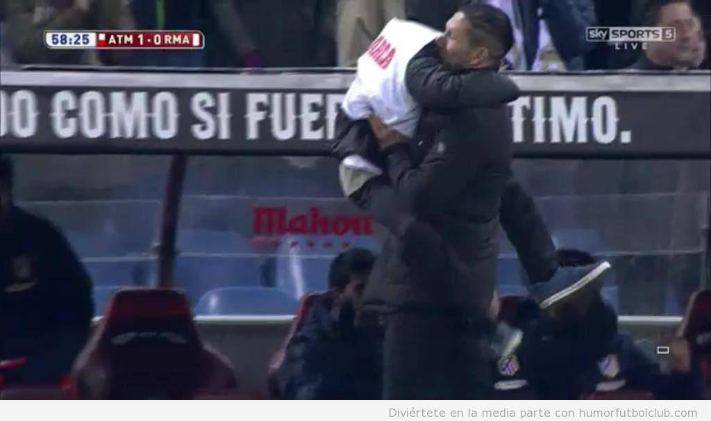 Foto de Simeone abrazando a su hijo y celebrando gol ante Real Madrid